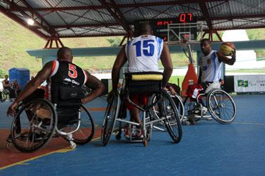 IMAGEM: jogadores de basquete da Andef, em cadeiras de rodas, participam de disputa