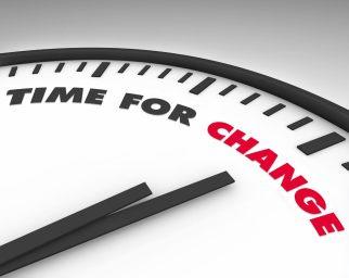 """DESCRIÇÃO DA IMAGEM: A ilustração mostra parte de um relógio onde, em vez de números, se lê: """"Time for change"""""""