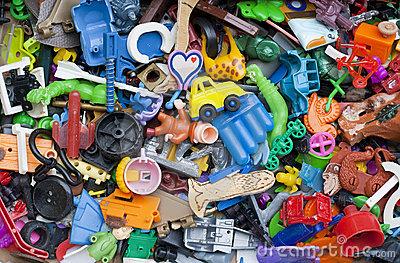 DESCRIÇÃO DA IMAGEM: a foto traz um monte de brinquedos quebrados