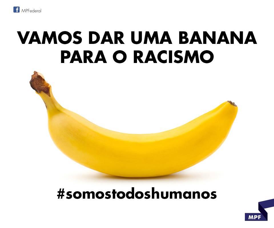 DESCRIÇÃO DA IMAGEM: foto de uma banana com a seguinte mensagem: 'VAMOS DAR UMA BANANA PARA O RACISMO'. E também: #somostodoshumanos