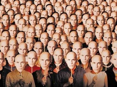 DESCRIÇÃO DA IMAGEM: a ilustração mostra dezenas de pessoas reunidas, lado a lado, segurando máscaras iguais