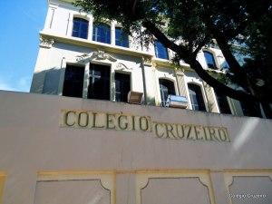 """DESCRIÇÃO DA IMAGEM: foto da fachada onde se lê """"Colégio Cruzeiro"""""""